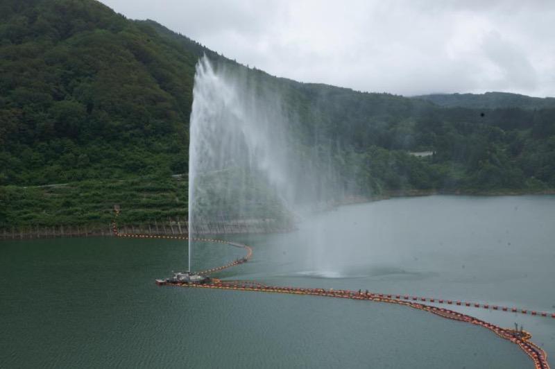 月山湖噴水凄い高い